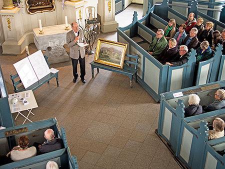 Niendorfer Kirche besser kennen lernen: Hans-Joachim Jürs begrüßt die Teilnehmer