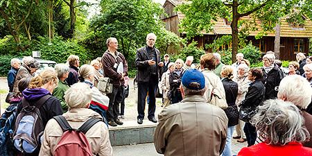 Gleich gegenüber vom U-Bahnhof Hagendeel liegt der Eingang zum Lüttge-Garten. Erich Clef-Prahm (r)vom Freundeskreis des Gartens erläutert die Vereinsarbeit und führte mit seinen Mitstreiterinnen durch