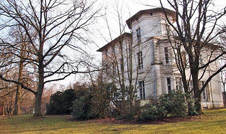 Zurzeit ist die Amsinck Villa eingerüstet und wird renoviert. Im Frühjahr ist sie auf  Fotos ohne das Baumgrün gut zu sehen