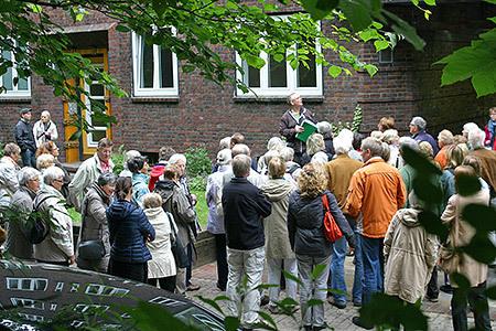 """Volker Bulla erläutert die hufeisenförmige Wohnanlage """"Heimat"""" aus den späten 1920er Jahren"""