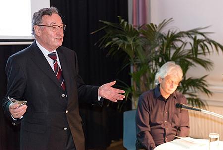 Rainer Funke begrüßt die Täte der Lesung Kammigan