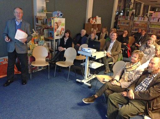 Hans Joachim Jürs hält – unterstützt von Herwyn Ehlers am Beamer – seinen Vortrag zum ersten Mal in Lokstedt