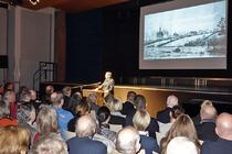 Rainer Funke begrüßte die Gäste, stellte das Forum Kollau vor und dankte insbesondere dem Gymnasium Bondenwald für hervorragende Technik und Organisation. Foto F. Tiedemann