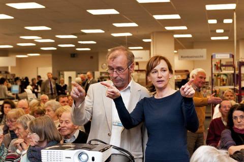 Hausherr Michael Braun und Produzentin Dörthe Hagenguth stimmen sich über die optimale Projektionsqualität ab.