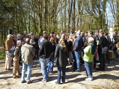 Die Gruppe am ehemaligen Standort der Villa der Familie Berenberg-Gossler