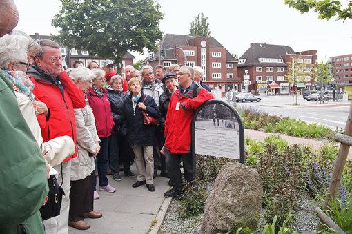 """Auch die Lokstedter waren überzeugte Schleswig-Holsteiner und stellten 1891 einen Gedenkstein mit der Inschrift """"Up ewig ungedeelt"""" auf. Er wurde im letzten Jahr dank einer Spende von Forum Kollau-Mit"""