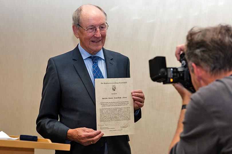 Bewegt und glücklich über den Bürgerpreis nahm Hans Joachim Jürs die Urkunde und eine Ehrennadel entgegen