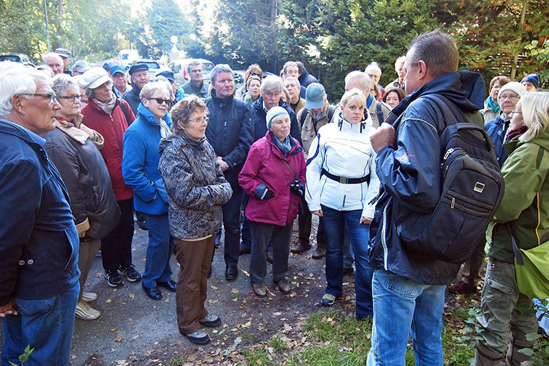 Das Thema und das wunderschöne Herbstwetter lockten rund 60 interessierte Teilnehmer zur Erkundung der Botanik und Historie des Ohmoores