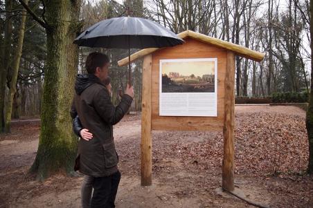 Hier stand einmal ein schöner Landsitz: Eine Gedenktafel und eine Aussichtsplattform erinnern an einen bemerkenswerten Menschen