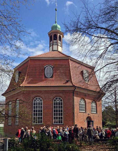 Schöner Startpunkt: Die Niendorfer Kirche von 1770 (Foto Joerg Kilian)