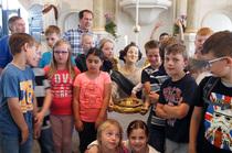 Der Taufengel mal in Augenhöhe – auch das war ein Höhepunkt der erlebnisreichen Niendorfer Schulstunde