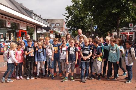 Die Klasse 3a der Schule Sachsenweg lernte zuerst viele interessante Fakten über Niendorf, bevor es auf Exkursion über den Tibarg und in die Kirche am Marktplatz ging