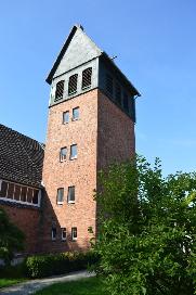 Im Turm der Kirche musste auf Anweisung der britischen Besatzungsmacht eine Wohnung für den Küster eingerichtet werden, da Wohnraum noch knapp war.