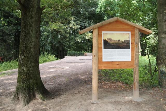 Die Tafel erinnert an den Standort der Villa, die Baron von Berenberg-Gossler 1934 abreißen ließ, um sie einer Nutzung durch NS-Organe zu entziehen. (Foto W. Hertwig)