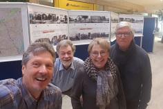 Geschafft! Joerg Kilian, Detlev Malchers, Ingelor Schmidt und Manfred Meyer (v.l) haben die Rolltafeln hingehängt - was gar nicht so einfach war… Vielen Dank an das freundliche Tibarg Center-Team, das uns sehr unterstützte!