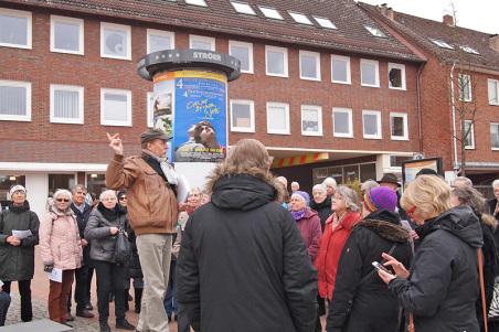 Start des Spaziergangs im Süden des Tibargs. Klaus-Peter Heße gibt einen kurzen Blick auf die lange Niendorfer Geschichte