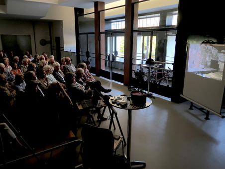 Im Eingangsbereich der ehemaligen Schule, der sich fast original erhalten hat, zeigte Heinrich Eder vom Künstlerhaus seinen Film über die Baugeschichte des Hauses