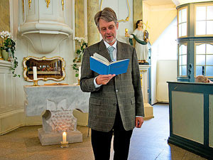 Pastor Erik Thiesen berichtet über die Gründung der Kirche, die unter dem dänischen König Christian VII errichtet wurde.