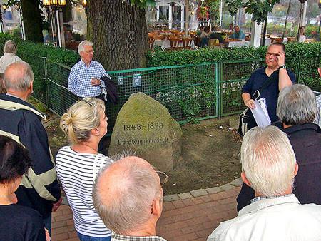 """Zur Doppeleiche gehört der Gedenkstein """"Up ewig ungedeelt"""""""