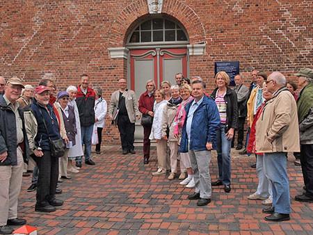 Treffpunkt Kirchenportal: Rund 40 Spaziergänger erkundeten von hier aus mit Volker Bulla das einstige Zentrum des alten Niendorfs.