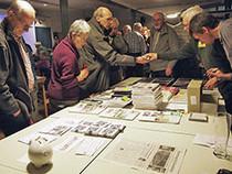 Am Büchertisch gab es angeregte Gespräche und guten Verkauf der Publikationen.