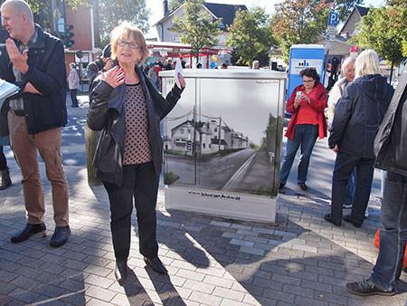Frohmestraße/ Ecke Glißmannweg: Hier wurde einer der frisch bemalten Stromkästen von Mechthild Führbaum (Bezirksversammlung Eimsbüttel) enthüllt. Der Künstler Vincent Schulze fertigte die Motive nach