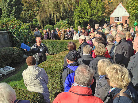 Volker Bulla musste wegen der vielen Teilnehmer seine Stimme kräftig heben. Hier am Familiengrab der Willinks, Lokstedt (ehemalige Villa Willinks Park). Foto Joerg Kilian