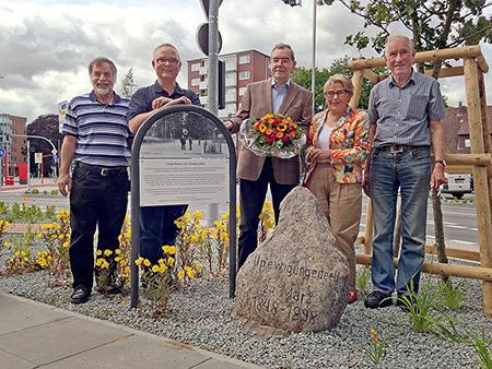 Nun steht der Gedenkstein wieder fast am gleichen Platz, wo er 1898 aufgestellt wurde, dank Georg Winter (Mitte) und des Forum Kollau