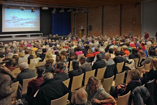 Vollbesetzte Aula im Gymnasium Bondenwald: Der erste Dokumentarfilm über Niendorf stieß auf großes Interesse. Foto Joerg Kilian