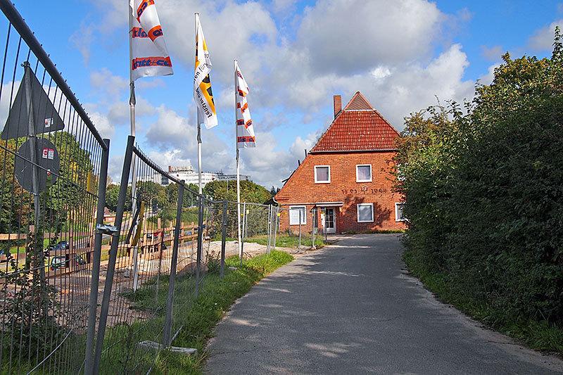 Hart an der Baustelle der Autobahn liegt jetzt der Maacken-Hof; 1943 zerbombt wurde er 1944 noch vor Kriegsende wieder aufgebaut