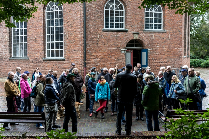 Nach und nach trafen etwa 50 Sonntagsspaziergänger an der Niendorfer Kirche am Markt ein, eine der wenigen erhaltenen spätbarocken Kirchen Hamburgs. Sie wird in drei Jahren den 250. Geburtstag feiern.
