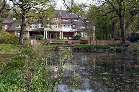 Höhepunkt der beliebten Gehegeführung war diesmal die Villa Puls, das heutige Verwaltungsgebäude der Elim Diakonie, das 2006 denkmalgeschützt wurde. Das Haus spiegelt sich reizvoll im großen Bassin des ebenfalls denkmalgeschützen Gartens, der gerade resta