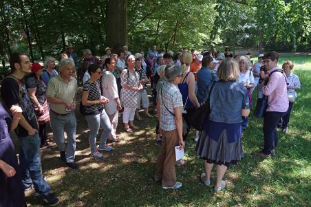 Im kühlen Schatten der großen Kastanien im Amsinck-Park auf der Anhöhe des Liethberg läßt es sich trotz der Mittagshitze gut aushalten