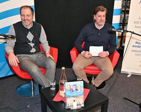 Jan Abele (l) berichte im Gespräch mit Marcus Scholz, wie eine Vereinschronik auch eine Stadtteilchronik wurde