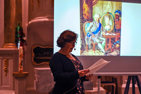 Autorin Veronika Janssen stellte die Geschichte der Kirchengründung bis zur Einweihung vor