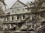 Eines der ältesten Häuser Niendorfs ist das Armenhaus, das Ende des 19. Jahrhunderts gebaut wurde. Es beherbergte in neueren Zeiten die Elternschule. Die Fenster wurden erneuert – ohne Sprossen, was preiswerter war…(Aufnahme von 1995)