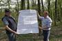 Hans Joachim Jürs und Herwyn Ehlers erklären die Ausdehnung des Geländes um die Brettschneider-Villen