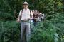 Joerg Kilian schafft es mit Hilfe der nachfolgenden Teilnehmerinnen den Weg aus der Brennnesseldickicht des Willinks Park zu bahnen. Was tut man nicht alles für ein besonderes Erlebnis mit dem Forum Kollau!