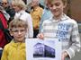 """""""Das hat sich gar nicht viel verändert!"""" Die jüngsten Spaziergänger zeigen ein altes Foto der Schule Frohmestraße"""